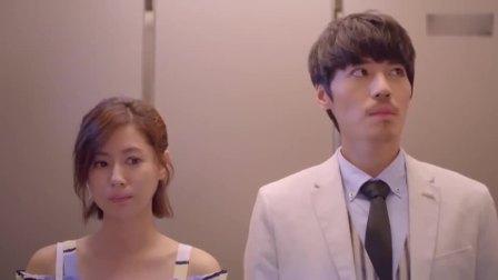 美女差点迟到,进电梯小伙提醒她没穿裙子,结果美女的反应太逗了