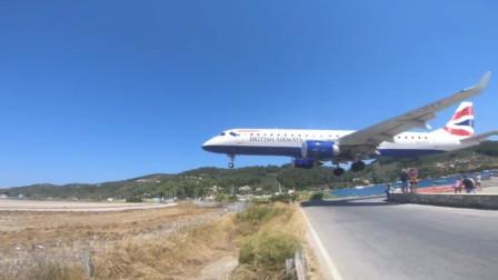 """刺激!飞机低空着陆  几乎与游客""""擦头而过"""""""