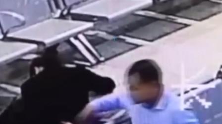 尴尬!情侣火车站亲密 男子在背后偷走手机:曾因抢劫坐5年牢