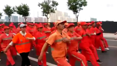 环卫工人被要求高温下队列走正步 环卫处:已被市政府叫停
