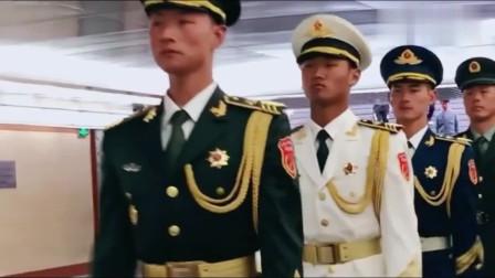 兵哥哥走路成一线,第三位兵哥皮肤好白,好帅气!