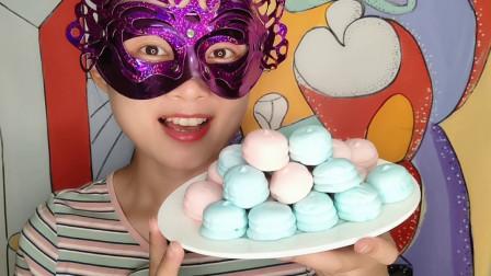 """妹子吃""""创意造型棉花糖"""",多彩小巧似马卡龙,香甜美味超开心"""