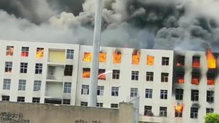 晋江市工业区一厂房发生火灾 浓烟遮天蔽日火舌不断从窗户内喷出
