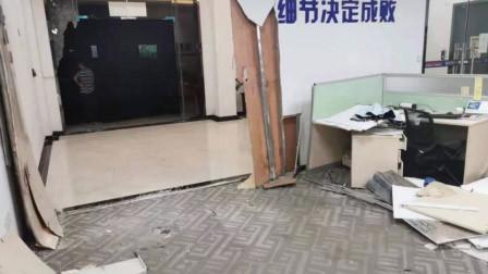 飞来横祸!员工正在办公室上班 小车突然破墙而入