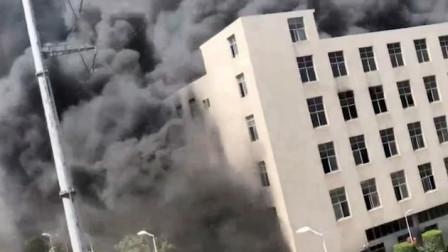 泉州工业区一厂房突发大火 浓烟遮天蔽日