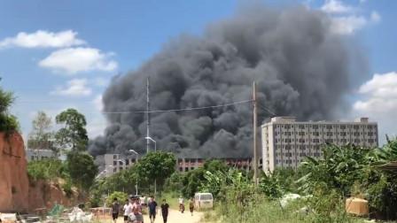 福建一厂房发生火灾 浓烟遮天蔽日火舌不断从窗户内喷出