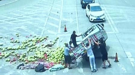 车辆侧翻西瓜撒一地 热心市民帮捡拾 每日新闻报 20190716 高清版