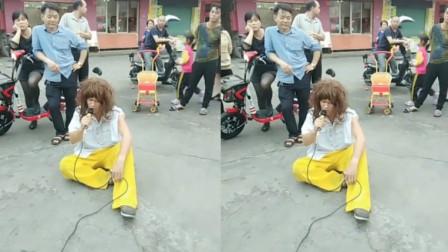 街头艺人翻唱一首《心痛2009》,一开唱误以为是原唱,好听!