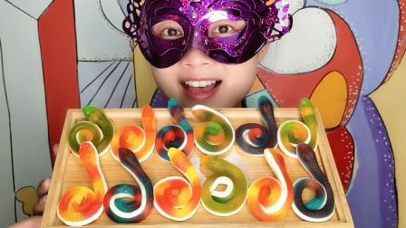 """妹子吃""""长蛇橡皮糖"""",五颜六色造型逼真,酸甜Q弹有嚼劲"""