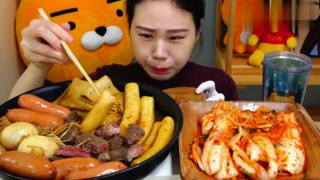 大胃王卡妹吃大锅煮年糕,配上脆皮肠、牛肉和泡菜,吃着特别香!