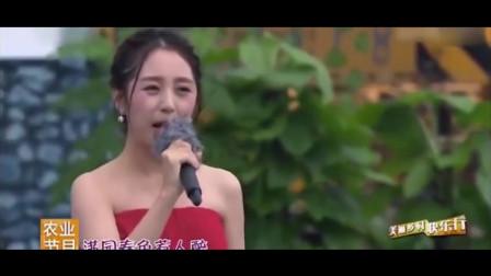 云飞老婆又火了,雨中演唱一首经典老歌,突然爆红,台下掌声不断