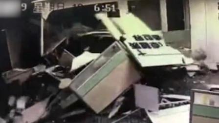 飞来横祸!东莞女司机开车破墙而入 上班员工被埋废墟下两人受伤