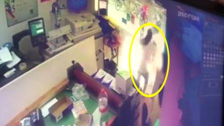 浙江一打印店玻璃门脱落 女子摔倒受伤