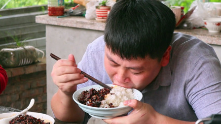 80块钱牛肉,德哥在家做一大盆香菇牛肉酱,配上米饭大口扒真过瘾
