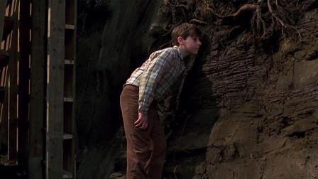 男孩听见墙里有怪怪的声音,伸手挖出个箱子,可里面的东西很恐怖