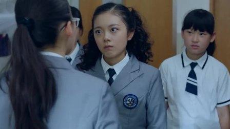 班上大姐大一直欺负人,如今挑衅国外来的转学生,碰上硬茬反被揍