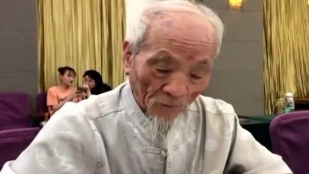 陕西西安 高校老教授坚持13年 毛笔手写录取通知书 每日新闻报 20190717 高清版