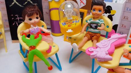 芭比老师班上组织慈善义卖活动,同学们纷纷准备心爱的玩具献爱心