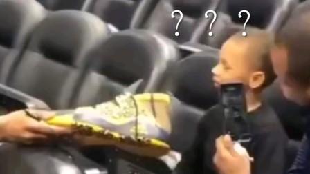 米切尔送鞋惨遭小球迷拒绝.