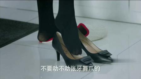 利智和刘诗诗穿上同样的黑色丝袜,一个妩媚一个高贵