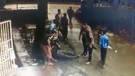 """飞来横祸!印度一小伙沉迷手机无法自拔 下一秒遭""""突袭""""险命丧牛蹄"""