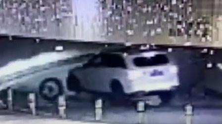 女子花59万喜提奔驰 从车行开出15分钟轮子掉了