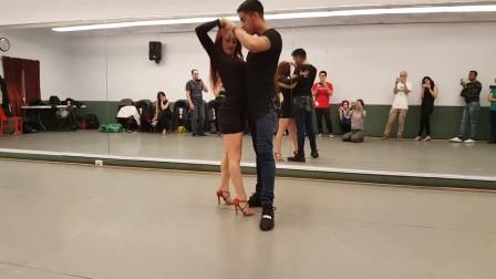 短裙美女和大叔跳舞,两人热情的舞蹈,让大叔女友吃醋了?