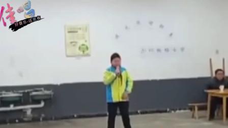 10岁男孩翻唱汪峰《光明》,犹如演唱会一般,台风真强