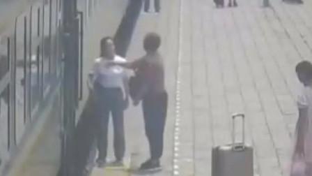 未告知哪边开门 安徽一女乘客当女儿面掌掴列车乘务员致其流鼻血