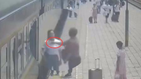 未告知哪边开门 火爆女乘客大力掌掴列车乘务员
