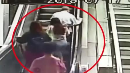 南京一82岁老人电扶梯后仰摔倒 姑娘奋力托住