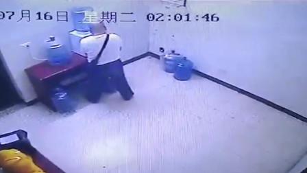 四川一男子因内急 加油站内竟往饮水桶内撒尿