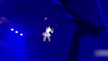 特技女演员空中吊环突然失手 从11米高处直坠地面