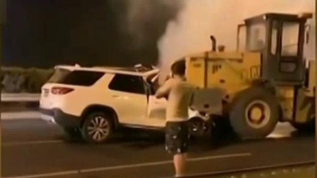 车辆追尾起火 先救人还是先报警惹争议