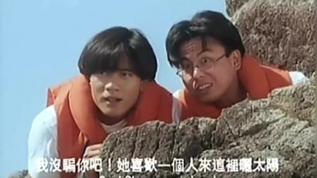 两男子偷偷躲在石头后面,观察躺在沙滩上的关之琳,她才是真正的女神