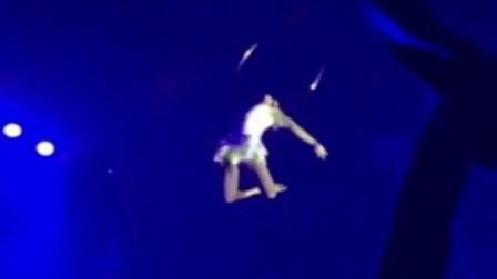 澳大利亚女特技员失手高空坠落 观众怀疑其还在表演中