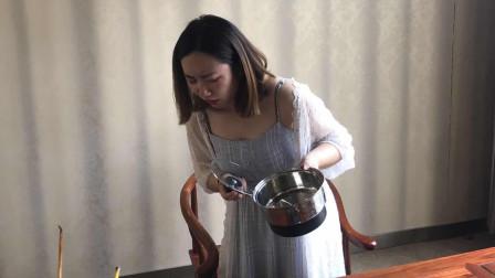 每次吃饭丈夫抢着洗碗,一次忘记洗,妻子掀开锅盖呕吐不止
