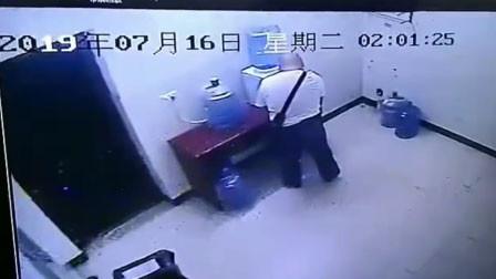 极度恶心!四川一男子因内急 在加油站内竟往饮水桶内撒尿