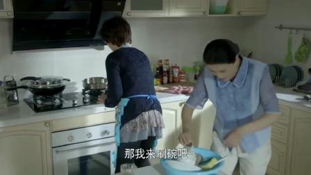 丈母娘进厨房帮婆婆洗碗,不想家具装置的太神奇了,一按就会报警
