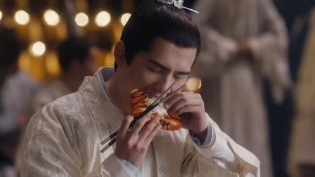 吕归尘不懂吃螃蟹的方法,岂料一口下去旁边人都乐了,太可爱了!