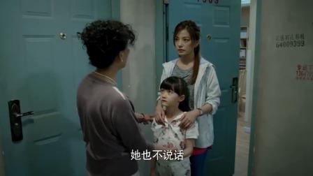 女孩站在墙角玩不说话,被路过的大妈说有病,不料女孩唱起英文歌