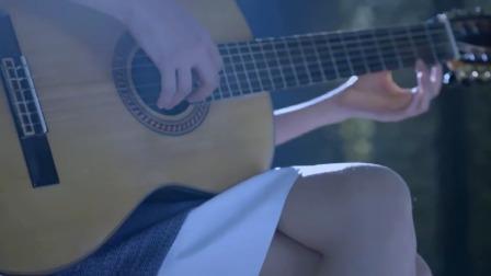 女神回国后弹着吉他,众人一回头瞬间沦陷了,声音这么好听!