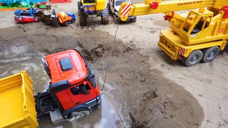 工程车可怜掉进河里,警察吊车挖掘机救助清洗工程车