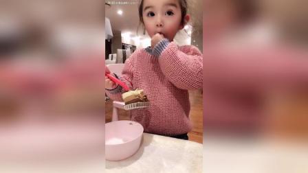 录一个萌萌的小日常 今天给萌萌买了一个巧克力慕斯蛋糕