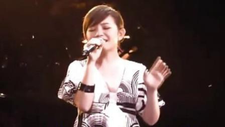 梁静茹演唱会上一曲《问》,不愧是情歌天后,忍不住泪目