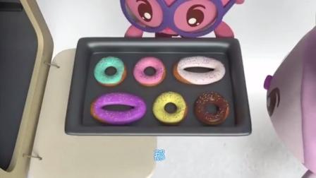 诺诺把圆形和椭圆的面粉圈放进了烤箱里,结果它们变成了甜甜圈!