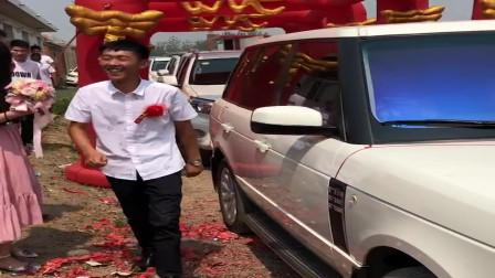 全村人筹钱请了一辆路虎婚车为小伙结婚,看把他高兴的!