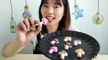 """小姐姐吃""""蘑菇巧克力"""",趣味造型小巧可爱,香甜丝滑又好吃"""