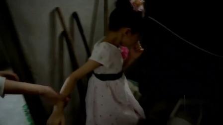 城里女孩看到农村厕所,吓得跑出去不敢尿,结果在全家人面前丢脸