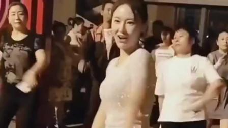 最性感广场舞小姐姐引领全场